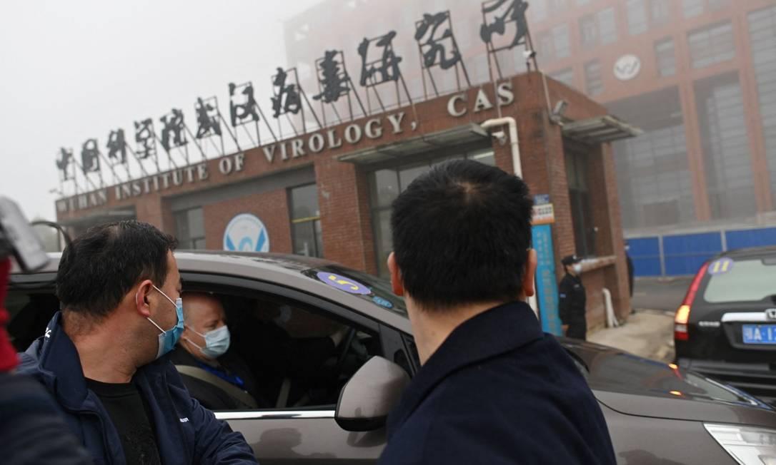 Integrantes da missão da OMS chegam ao Instituto de Virologia de Wuhan para investigar origens da pandemia Foto: HECTOR RETAMAL / AFP/3-2-21