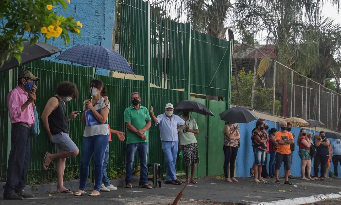 Moradores fazem fila para receber a vacina Coronavac contra COVID-19, em Serrana, a cerca de 323 km de São Paulo Foto: NELSON ALMEIDA / AFP - 17/02/2021