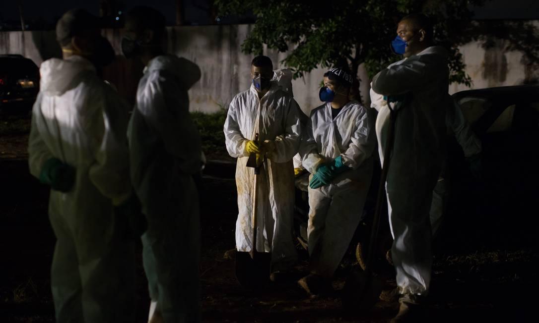Coveiros se reúnem em trabalho noturno no cemitério Vila Formosa, o maior do país Foto: Edilson Dantas / Agência O Globo