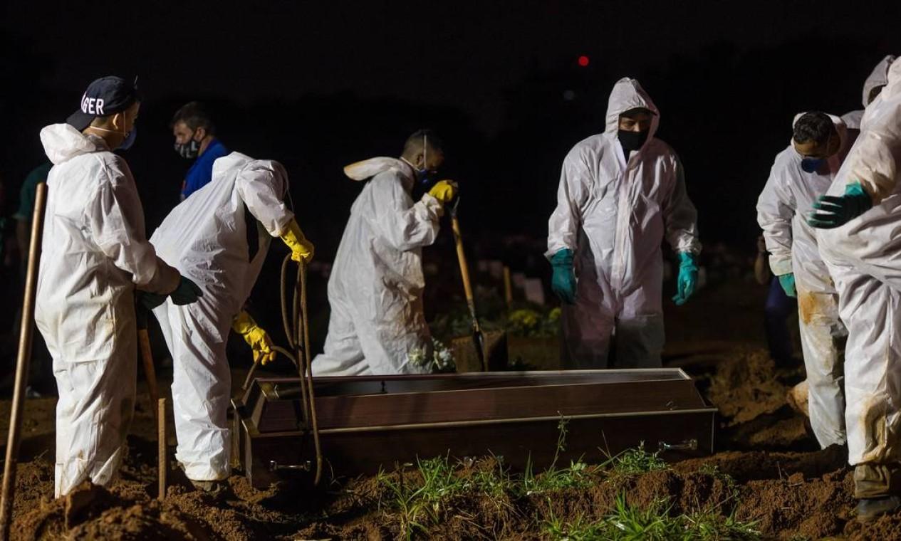 Sepultamento noturno foi autorizado pela Prefeitura de São Paulo, depois que o estado registrou 1.209 mortes Foto: Edilson Dantas / Agência O Globo