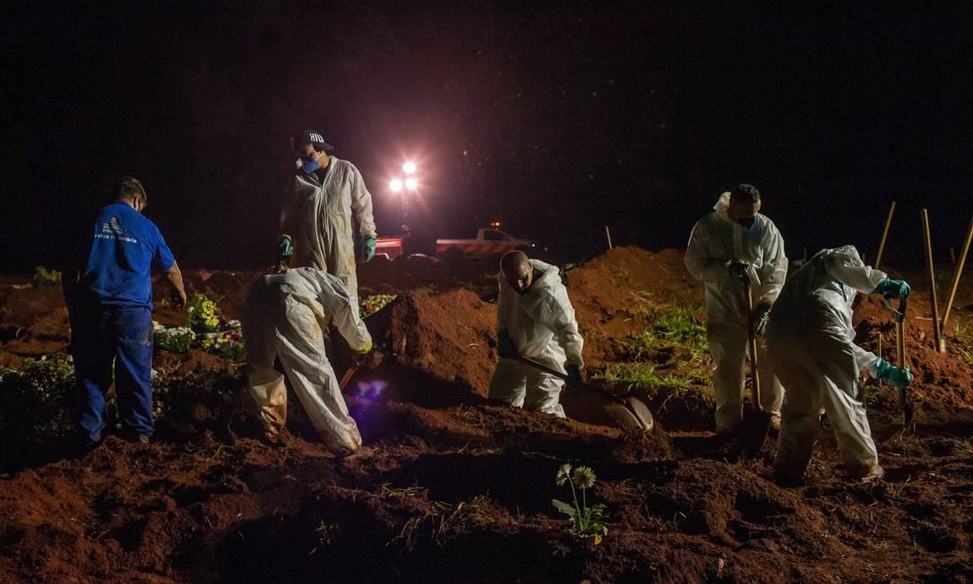 O dia com mais enterros na capital de São Paulo desde o começo da pandemia era 14 de julho de 2020: 262. Na sexta-feira (26), o número chegou a 393 sepultamentos Foto: Edilson Dantas / Agência O Globo