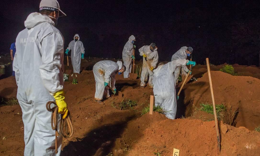Os enterros eram realizados entre 7h e 18h, mas devido aos recordes de mortes prefeitura estendeu até 22h o funcionamento de quatro cemitérios Foto: Edilson Dantas / Agência O Globo