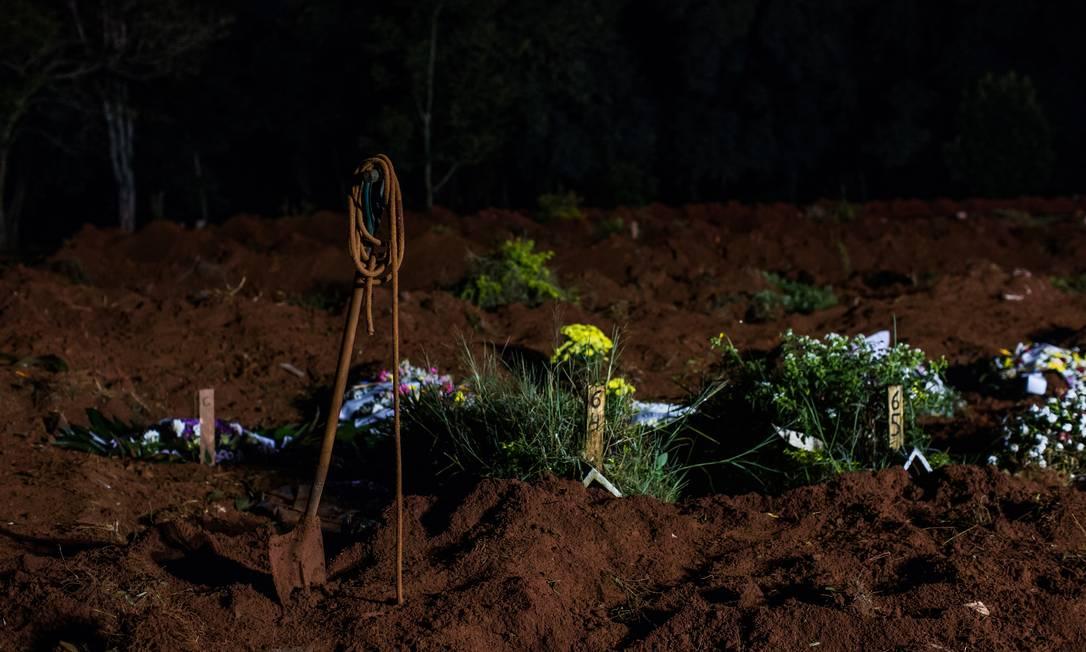 Ferramentas usadas no sepultamento em covas rasas são vistas no cemitério Vila Formosa Foto: Edilson Dantas / Agência O Globo
