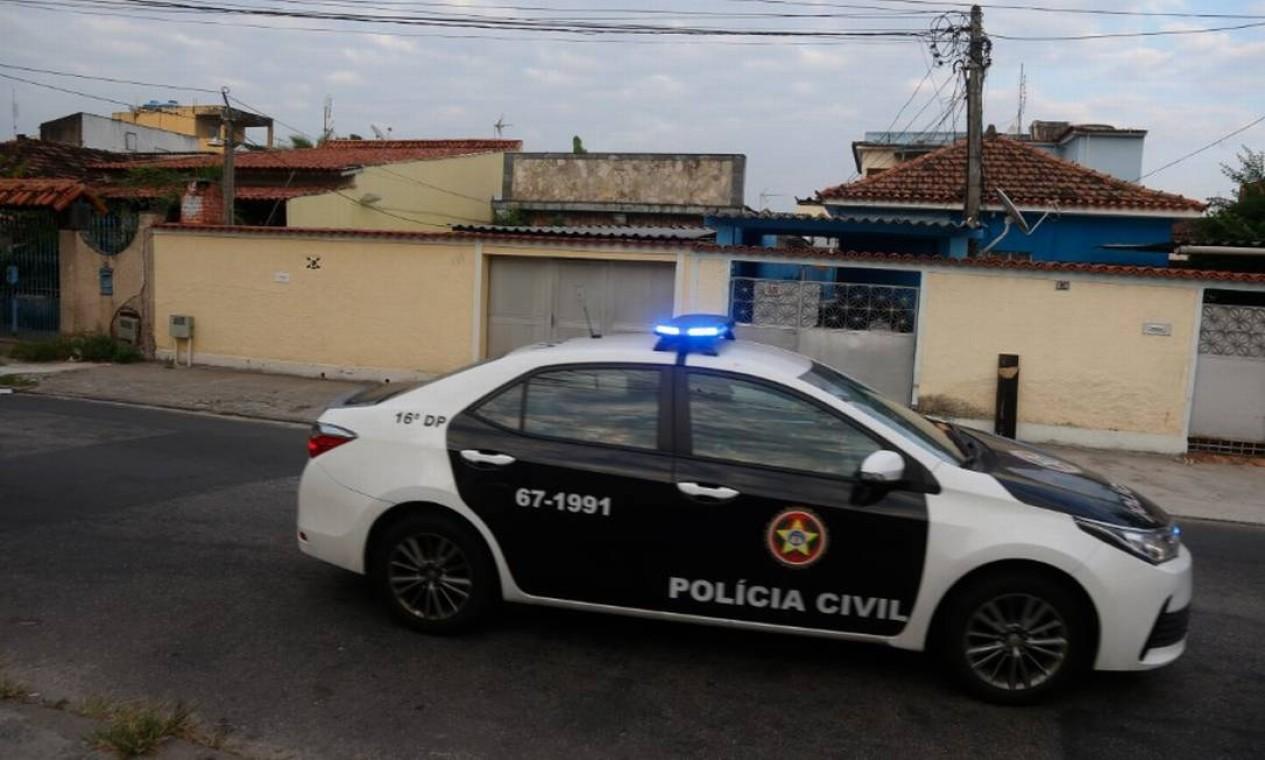 Polícia cumpre mandado na casa da família de Monique, em Bangu, Zona Oeste do Rio Foto: Fabiano Rocha em 26/03/2021 / Agência O Globo