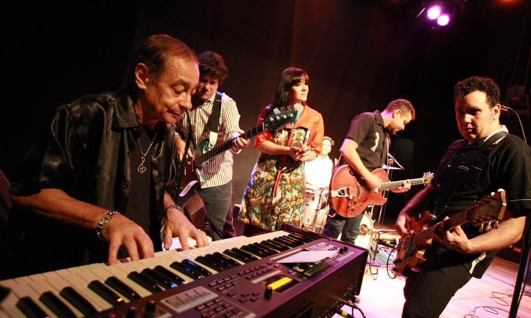 O organista Lafayette, em ensaio com os Tremendões, em 2014 Foto: Pedro Teixeira / Agência O Globo
