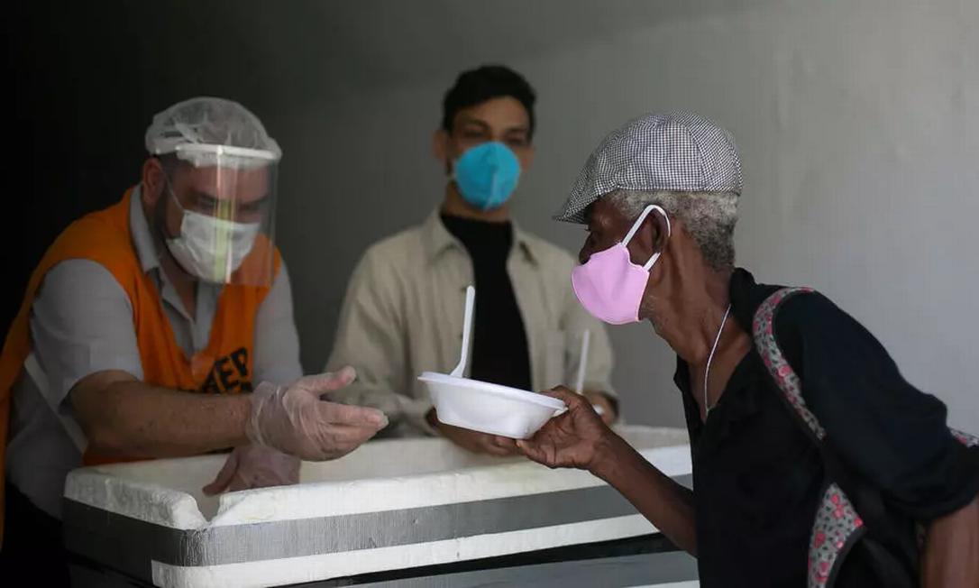 Idoso recebe doação de refeição no Convento de Santo Antônio, no Rio de Janeiro Foto: AP - Bruna Prado
