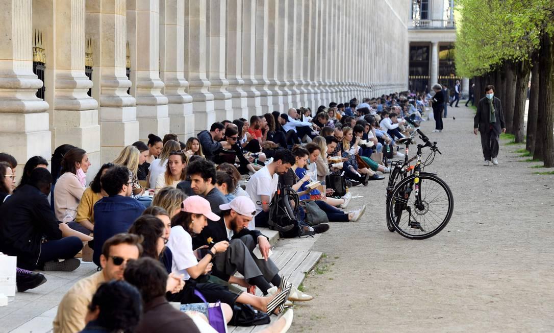 Pessoas almoçam no jardim do Palácio Real de Paris, em meio à pandemia do coronavírus Foto: BERTRAND GUAY / AFP