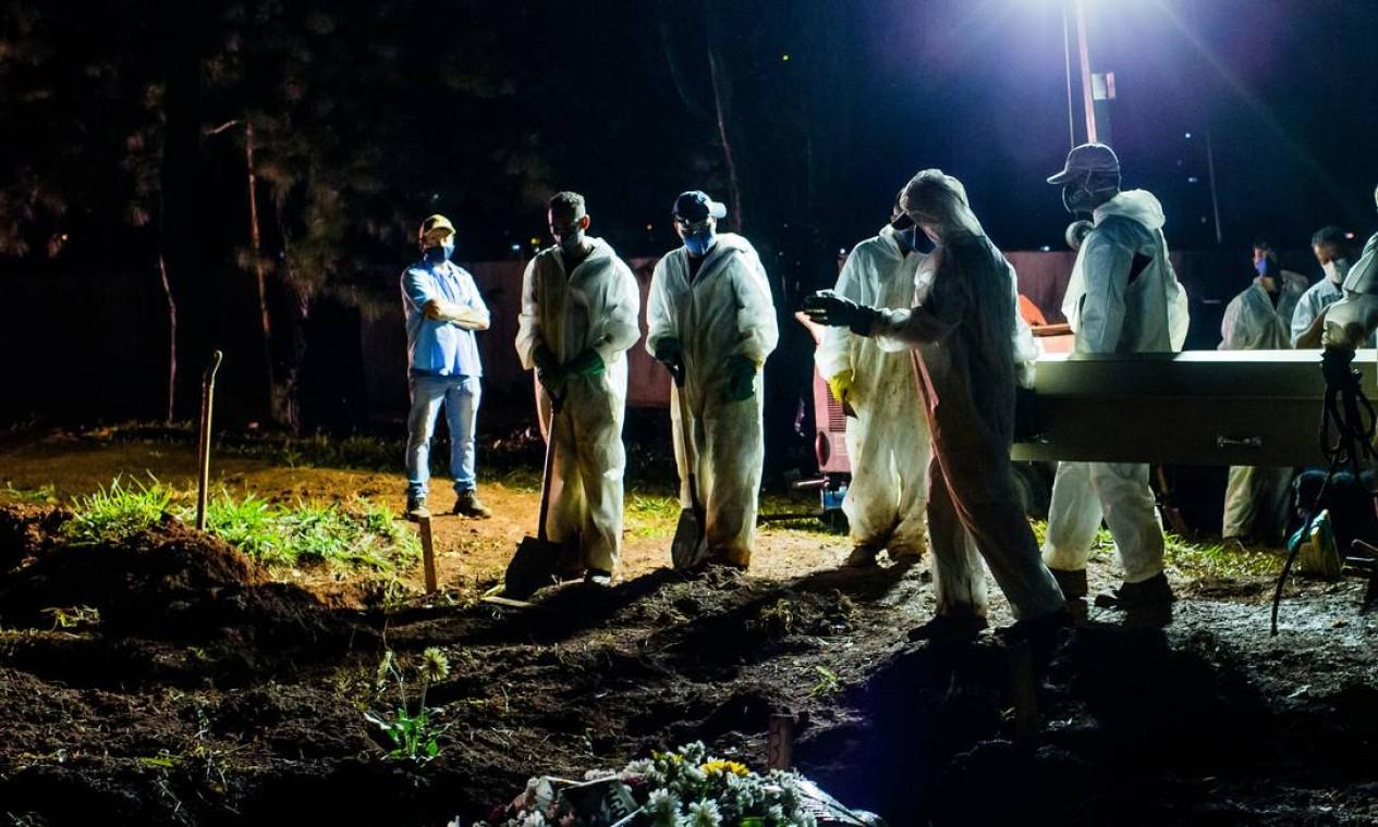 Sepultamento é realizado durante a noite no cemitério Vila Formosa, na Zona Leste de São Paulo Foto: Edilson Dantas / Agência O Globo