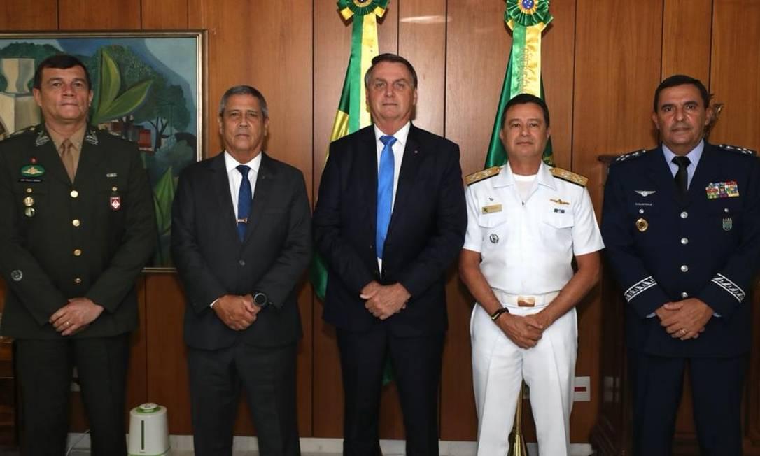 Bolsonaro com o ministro da Defesa e os novos comandantes das Forças Armadas Foto: Reprodução / Facebook