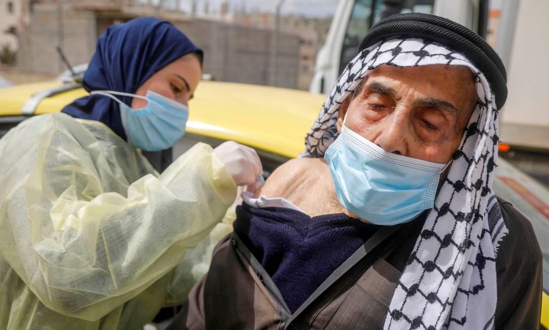 Palestino recebe a vacina AstraZeneca durante uma campanha de vacinação em Tubas, na Cisjordânia Foto: RANEEN SAWAFTA / REUTERS