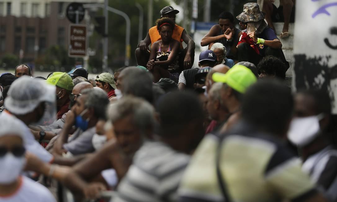 Moradores de rua e desempregados fazem fila para receberem suas quentinhas no Campo de Santana Foto: ANTONIO SCORZA / Agência O Globo