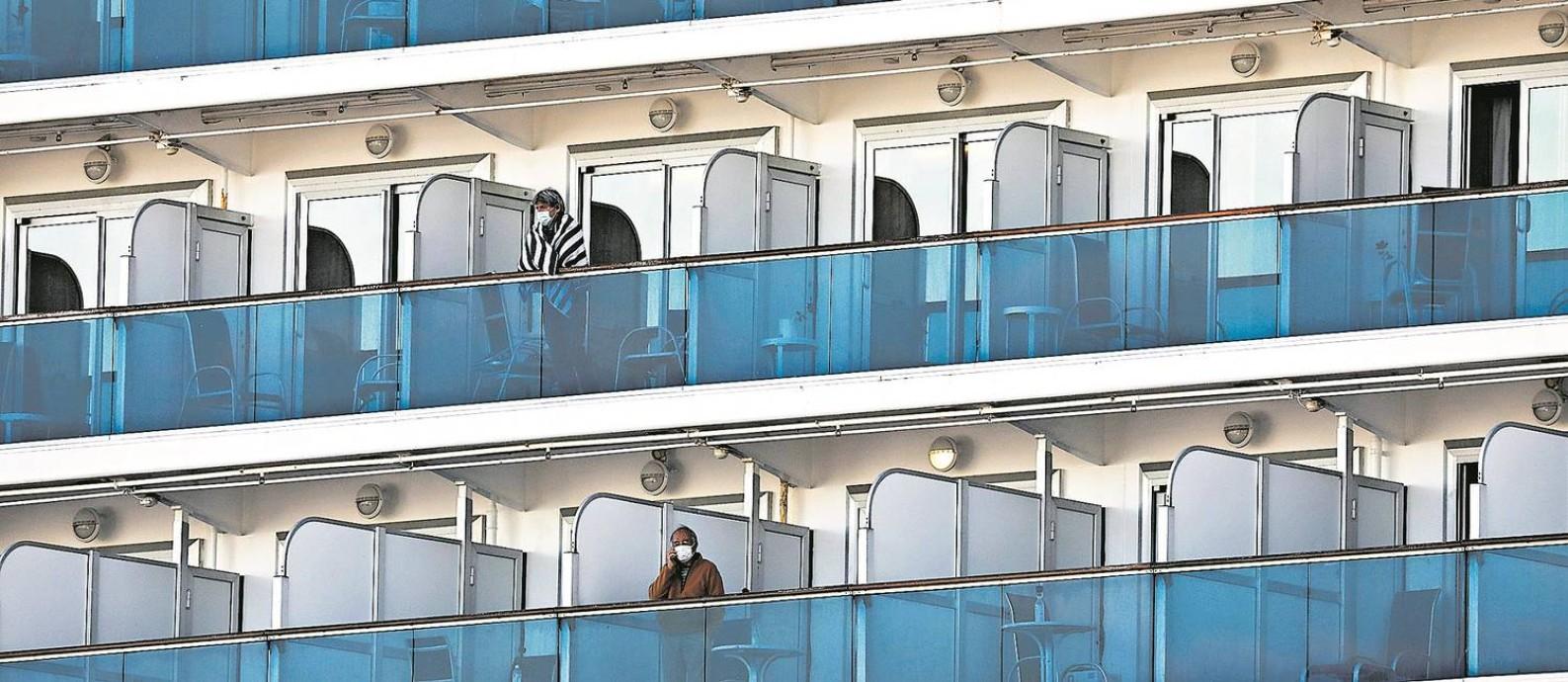 Passageiros em quarentena a bordo do navio de cruzeiros Diamond Princess, em Yokohama, no Japão, em fevereiro de 2020 Foto: ATHIT PERAWONGMETHA / REUTERS