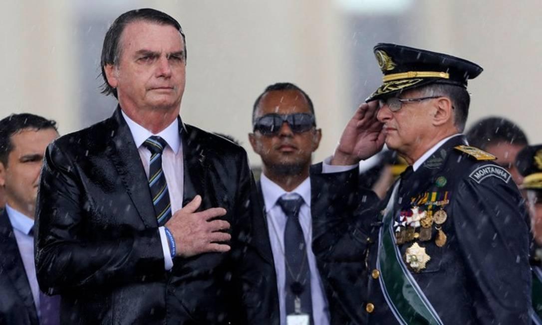 Jair Bolsonaro ao lado do então Comandante do Exército Brasileiro, Edson Pujol, em 2019 Foto: Sergio Lima/AFP