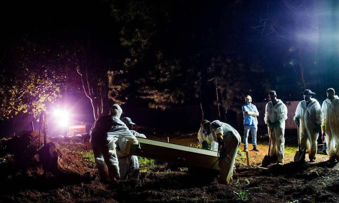 Com alto número de vítimas da Covid-19, quatro cemitérios da capital paulista passam a sepultar à noite Foto: Edilson Dantas / Agência O Globo