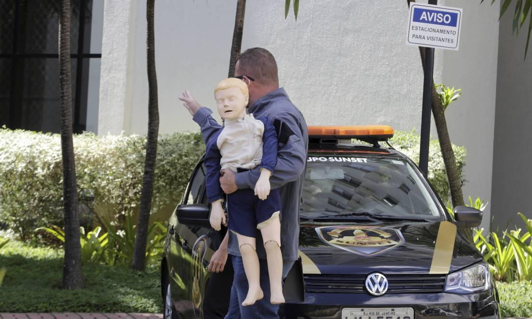 Peritos usaram um boneco na recostituição da morte do menino Henry Borel, na barra da Tijuca Foto: Domingos Peixoto / O Globo