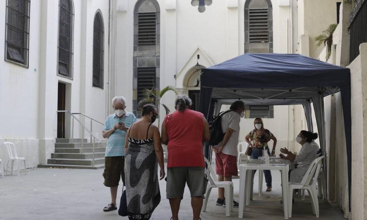 Iidosos sendo vacinados na Paróquia Nossa Senhora do Rosário, no Leme, Zona Sul do Rio Foto: Márcia Foletto / Marcia Foletto