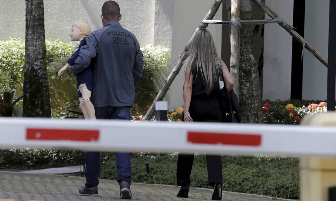 Peritos com o boneco que será usado na reprodução simulada no condomínio Majestic, na Barra, onde o menino Henry morava Foto: Domingos Peixoto / O Globo