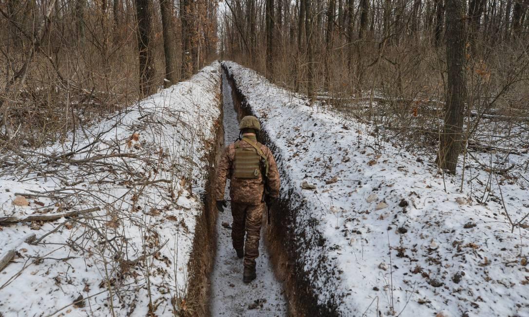 Militar ucraniano na frente de combate da guerra civil perto de Donetsk, na Ucrânia Foto: OLEKSANDR KLYMENKO / REUTERS