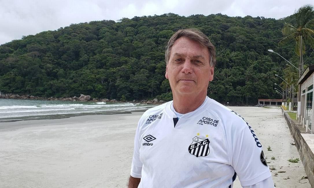 Presidente Jair Bolsonaro em praia do Guarujá (SP), no fim de 2020: viagens de férias custaram R$ 2,3 milhões Foto: Reprodução / Facebook