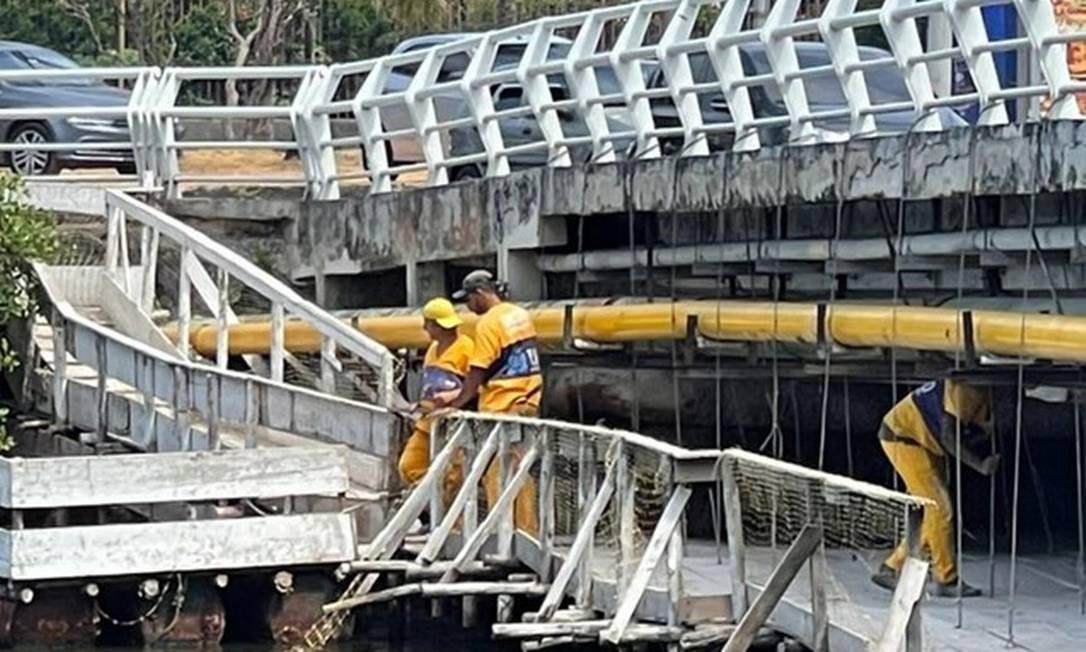 Agentes da Secretaria de Infraestrutura trabalham na recuperação da Ponte Velha Foto: Divulgação/Secretaria municipal de Infraestrutura