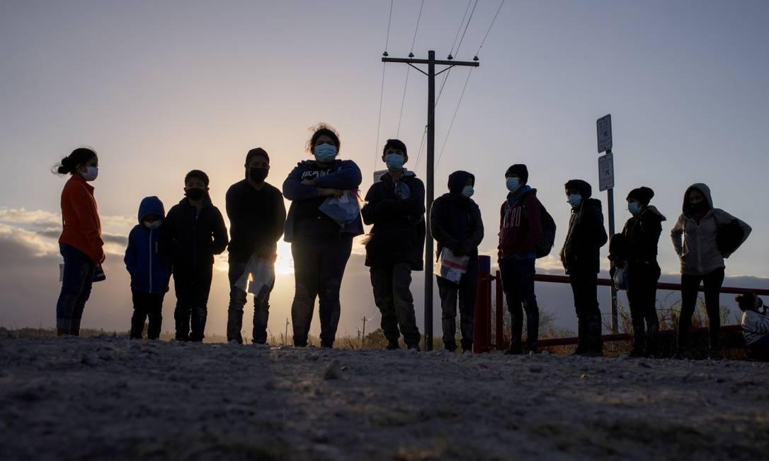Soliciantes de refúgio da América Central esperam transporte na cidade de Penitas, no Texas Foto: ADREES LATIF / REUTERS/12-3-21