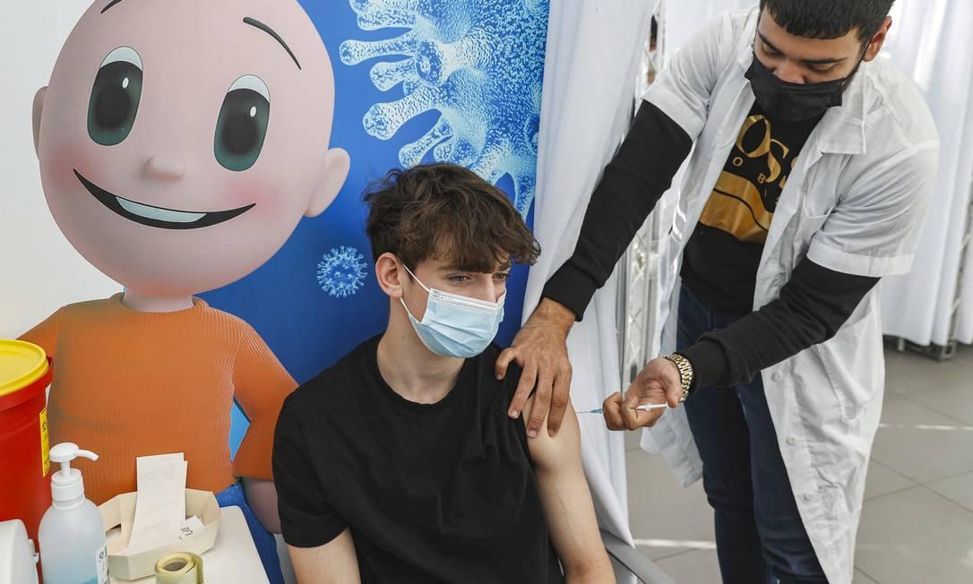 Adolescente de 16 anos recebe dose da Pfizer em Tel Aviv, Israel, em janeiro Foto: JACK GUEZ / AFP