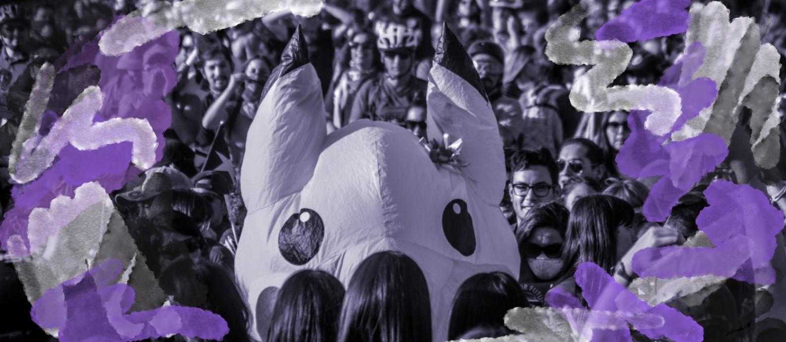 Giovanna Grandón, com a fantasia de Pikachu, no meio de protesto em Santiago Foto: Reprodução