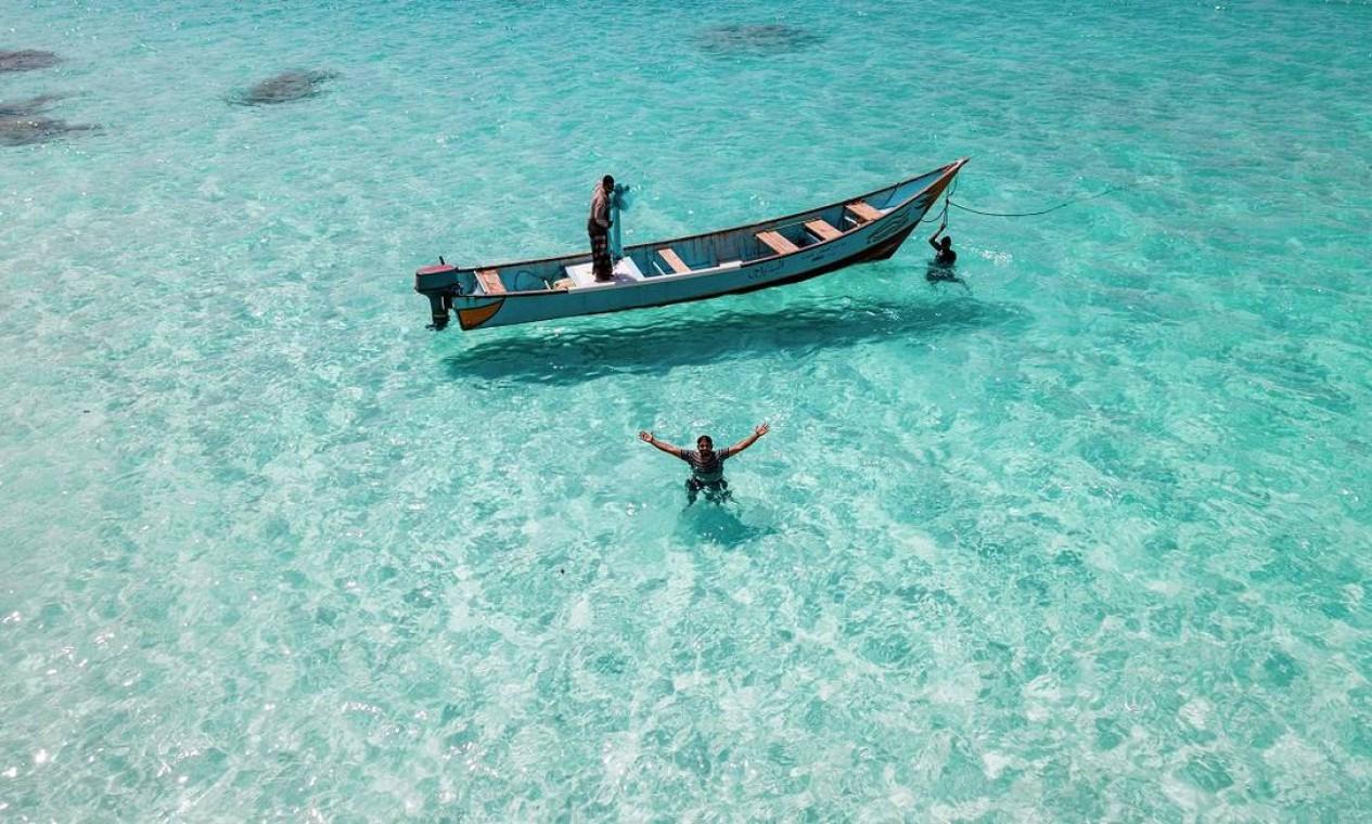 A água azul-turquesa extremamente transparente é uma marca registrada das praias da Ilha de Socora, no Iêmen Foto: - / AFP