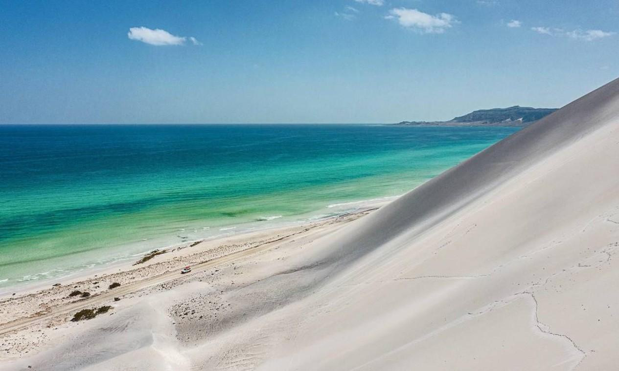 Água azul-turquesa e areia bem branca, duas marcas registradas da Praia de Arher na Ilha de Socotra, no Iêmen Foto: - / AFP