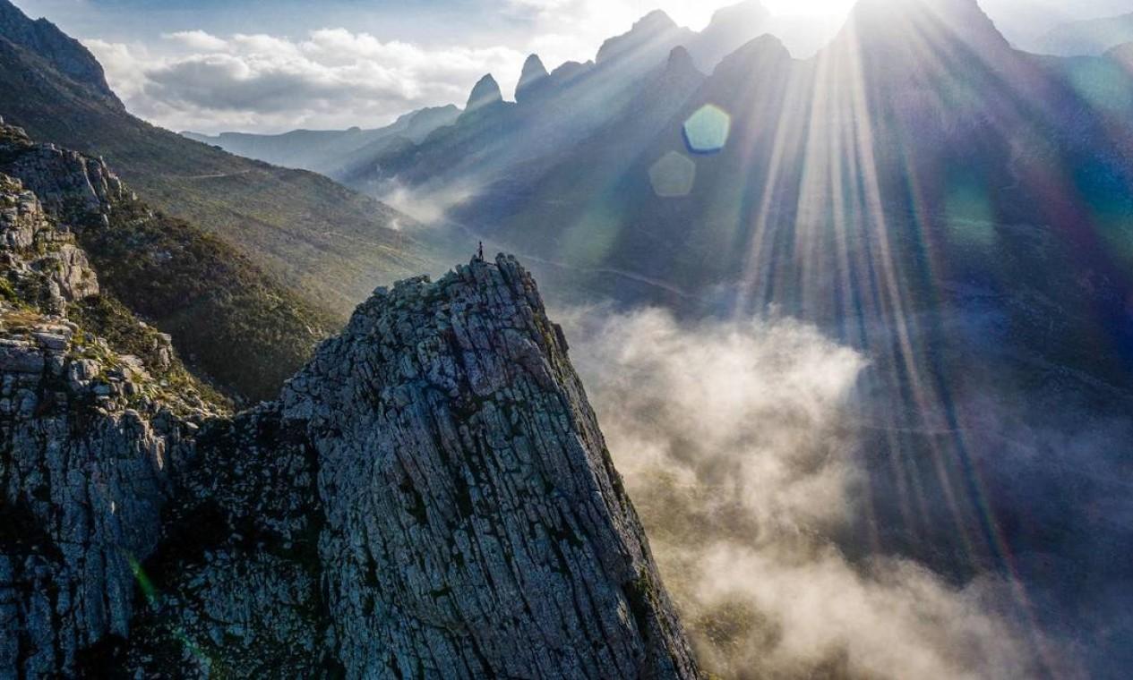 Raios de sol e neblina no topo da montanha Di-Hamri, na Ilha de Socotra, no Iêmen Foto: - / AFP