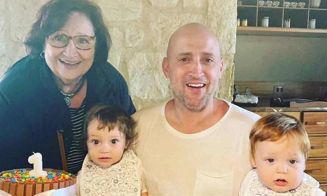 O comediante com a mãe, Déa Lúcia, no aniversário de 1 ano dos filhos Foto: Reprodução