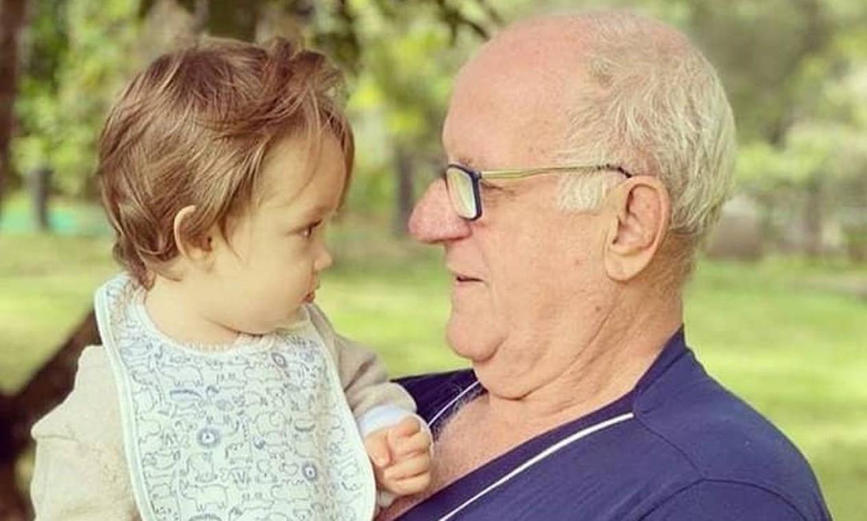 O pai de Paulo Gustavo, Júlio Marcos, com um dos filhos do ato Foto: Reprodução