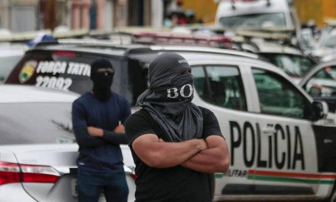 Policiais militares encapuzados e sem farda durante protesto em Fortelza, no início do ano passado Foto: Agência O Globo