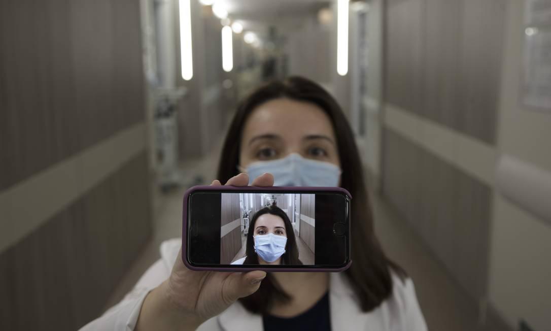 A médica Cassia Righy, que escreve crônicas sobre a sua experiência com a Covid-19 e publica no Facebook. Foto: Márcia Foletto / Agência O Globo