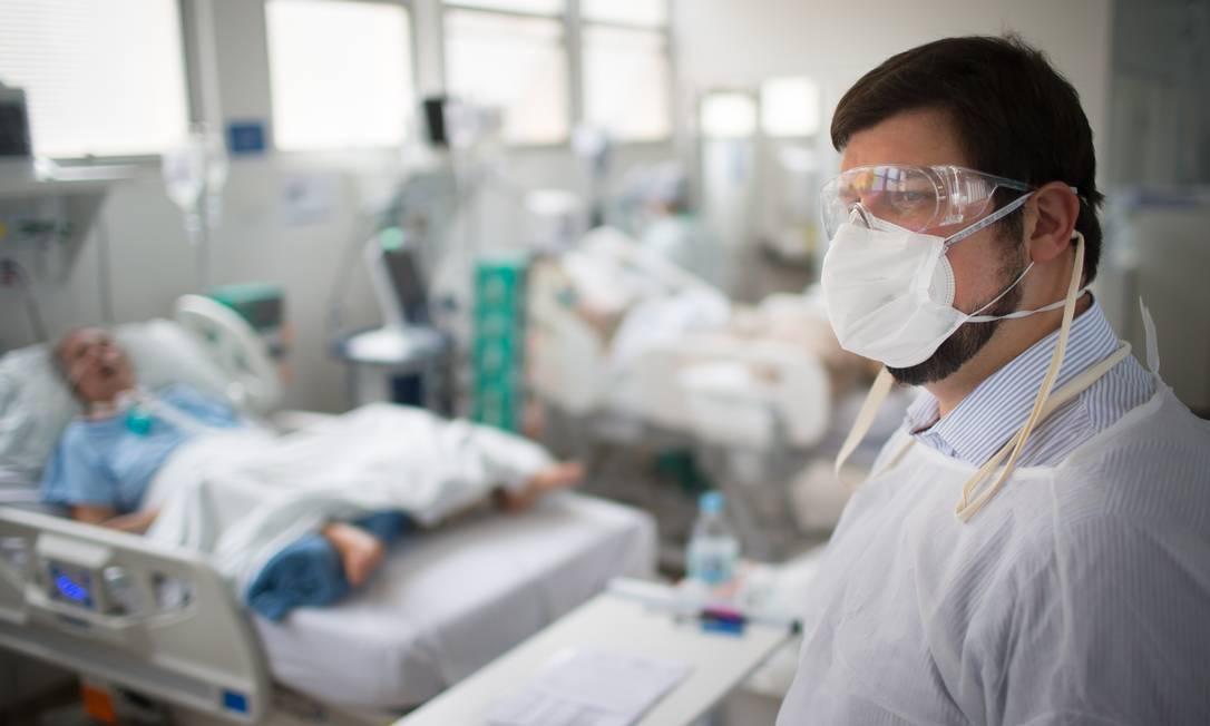 Roberto Muniz Junior já chegou a olhar 200 fichas em 12 horas para escolher apena um paciente para ser internado Foto: Edilson Dantas / Agência O Globo