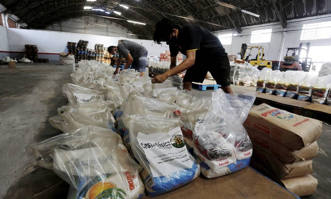 Montagem de cestas básicas do Movimento União Rio Foto: Fabiano Rocha / Agência O Globo