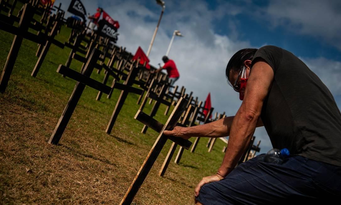 Manifestação em homenagem às vítimas da Covid-19, em Salvador Foto: Felipe Iruatã/Zimel Press / Agência O Globo