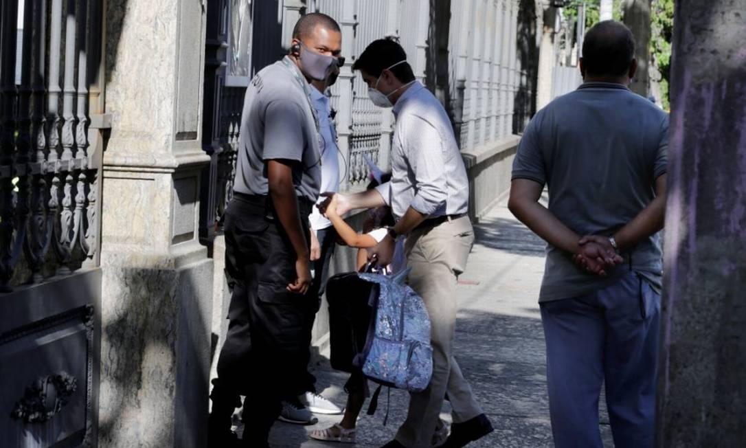 Algumas crianças entrando na Escola Eleva, nas volta às aulas Foto: Márcia Foletto / Agência O Globo
