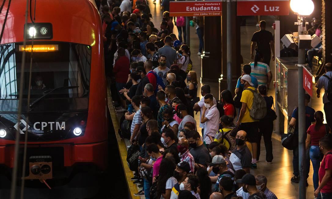 Embarque de passageiros na volta do trabalho na Estação da Luz, em São Paulo, na semana pré-recesso Foto: Edilson Dantas / Agência O Globo