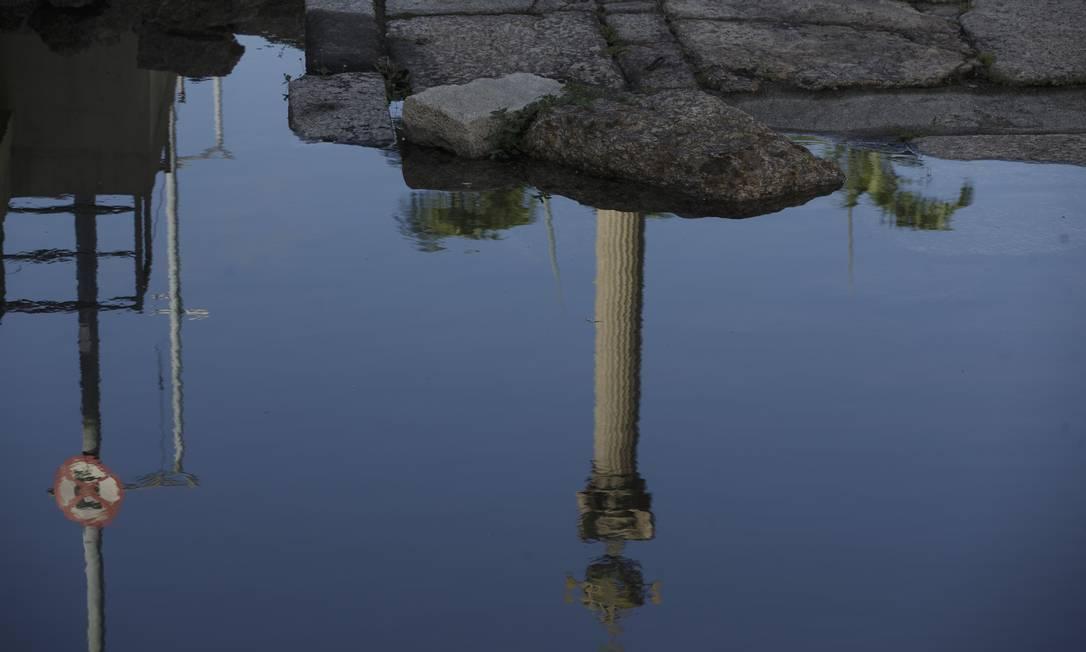 Não é a primeira vez que isso acontece no monumento. Em julho de 2020, a prefeitura informou que uma bomba parou de funcionar e a água começou a vazar e represar no local Foto: Márcia Foletto / Agência O Globo