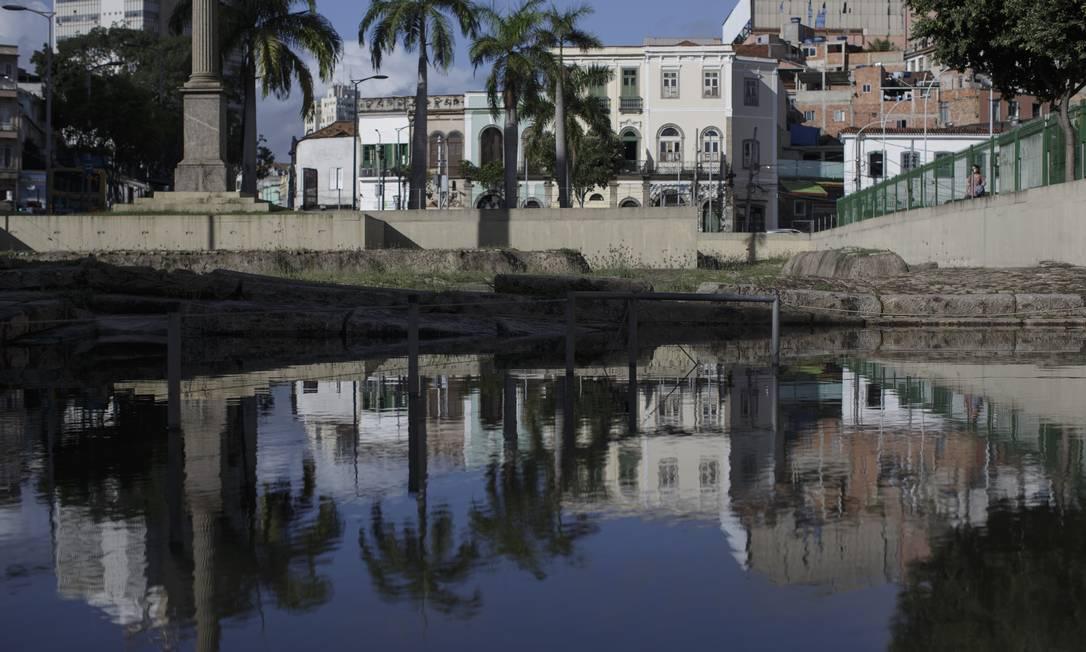 Um grande espelho d'água se formou, encobrindo quase que totalmente o sítio arqueológico do Cais do Valongo Foto: Márcia Foletto / Agência O Globo