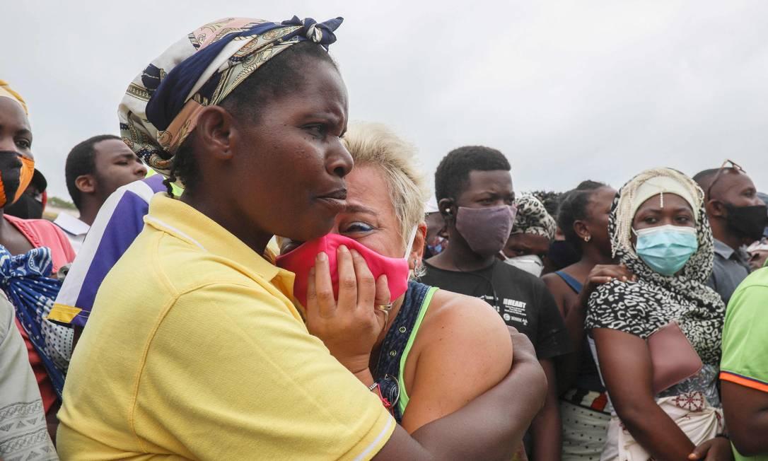 Mulher chora enquanto espera seu filho chegar em Pemba, após fugir de Palma Foto: ALFREDO ZUNIGA / AFP/01-04-2021