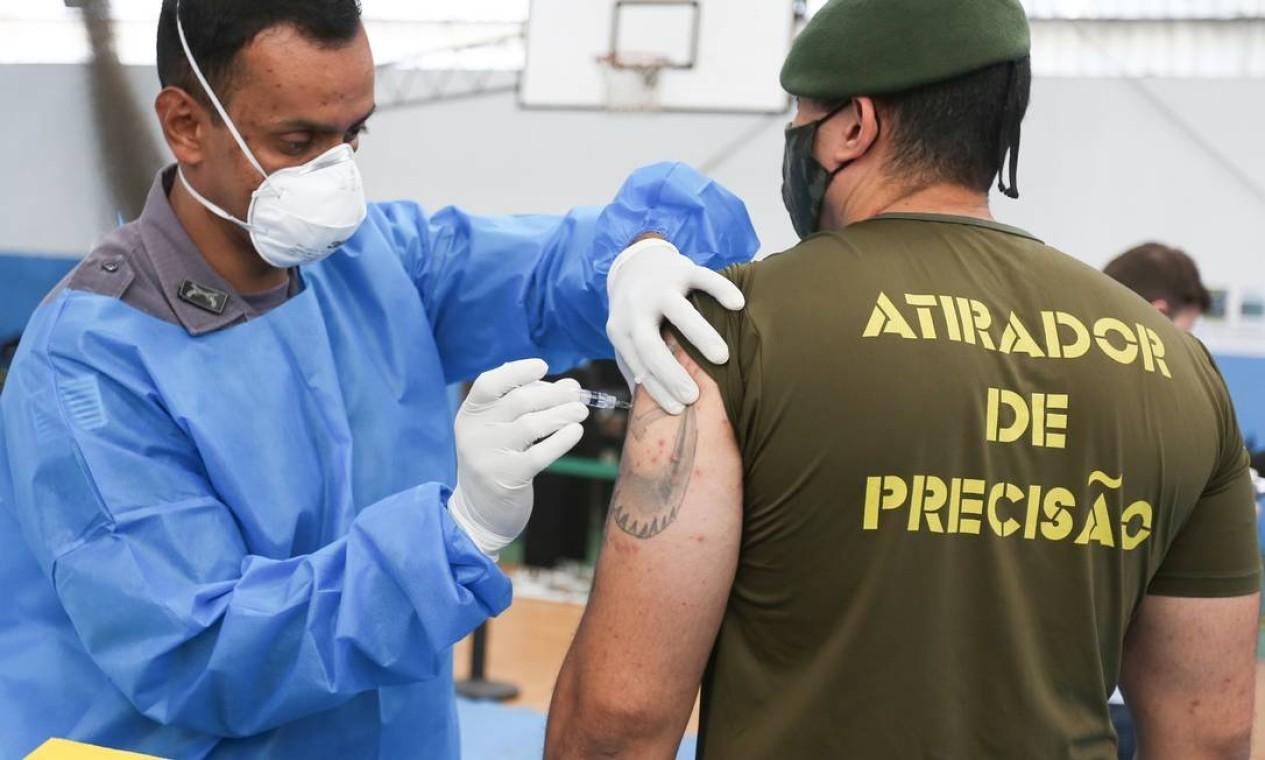 Vacinação contra a Covid-19 para profissionais das forças de segurança pública de São Paulo aconteceu na Academia de Polícia Militar do Barro Branco, no bairro da Água Fria, na zona norte de São Paulo Foto: FramePhoto / Agência O Globo