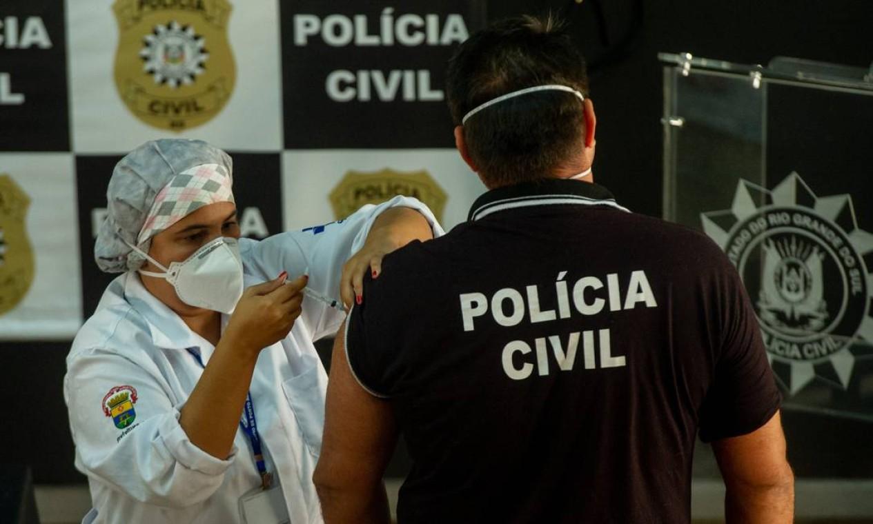 Porto Alegre iniciou nesta manhã de segunda-feira (5) a imunizacao dos seus profissionais da segurança Foto: Agencia Enquadrar / Agência O Globo