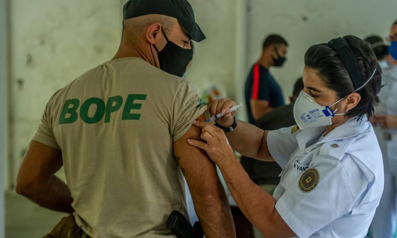 A vacinação só está sendo possivel devido a uma nova remessa recebida pelo Rio Grande do Sul na última sexta-feira (2) Foto: Agencia Enquadrar / Agência O Globo