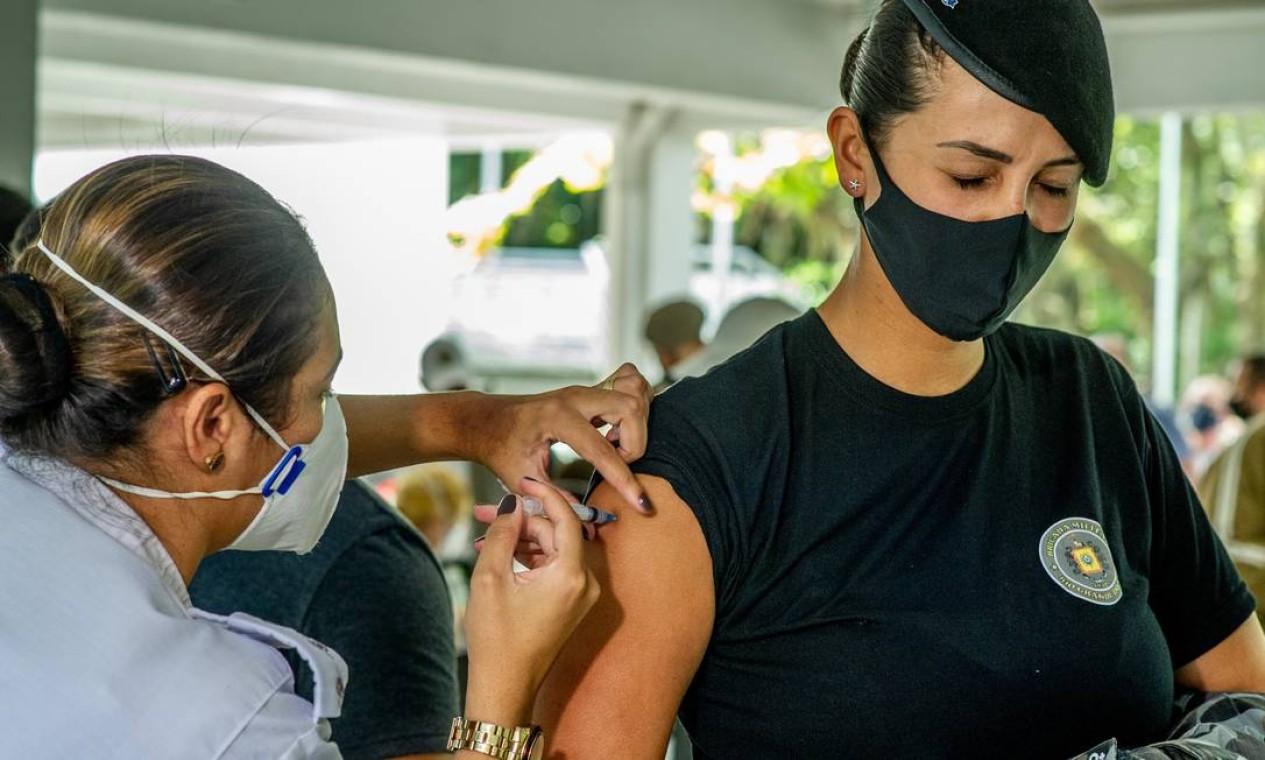 Servidora da Brigada Militar do Rio Grande do Sul, a polícia gaúcha, recebe vacina contra Covid-19 Foto: Agencia Enquadrar / Agência O Globo