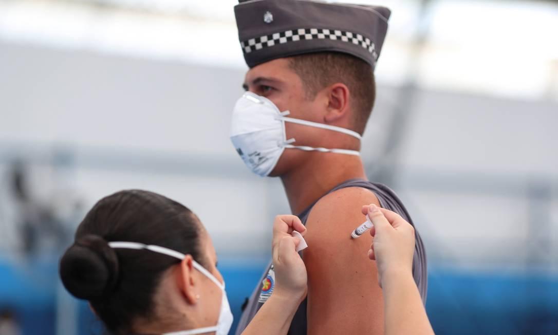 Policial paulista recebe dose de vacina em 5 de abril, primeiro dia da imunização das forças de segurança no estado de São Paulo Foto: AMANDA PEROBELLI / REUTERS