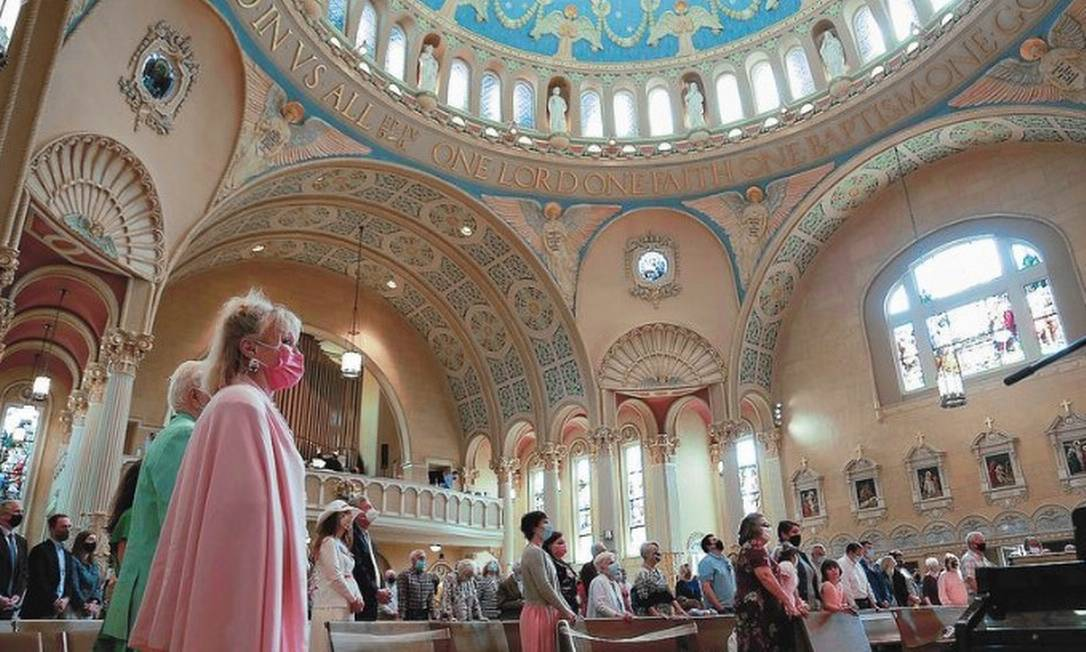 People attend an Easter Sunday service at St. James Catholic Church, amid the coronavirus disease (COVID-19) pandemic, in Louisville, Kentucky, U.S. Foto: REUTERS/Amira Karaoud