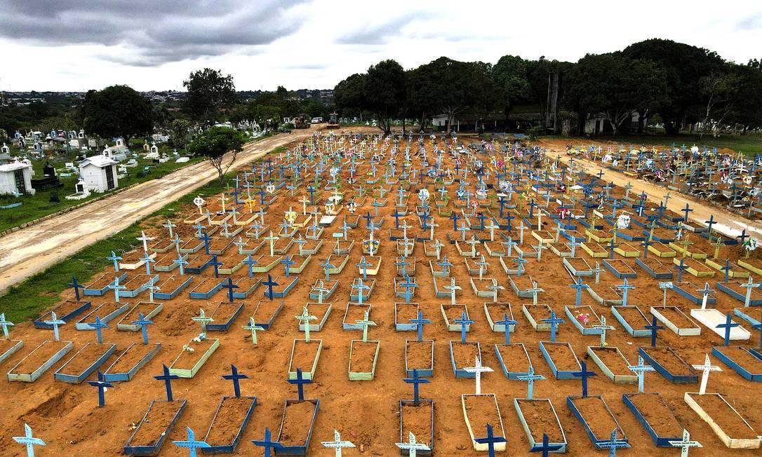 Cemitério do Parque Tarumã em meio ao surto da Covid-19, em Manaus, em fevereiro de 2021 Foto: BRUNO KELLY/Reuters