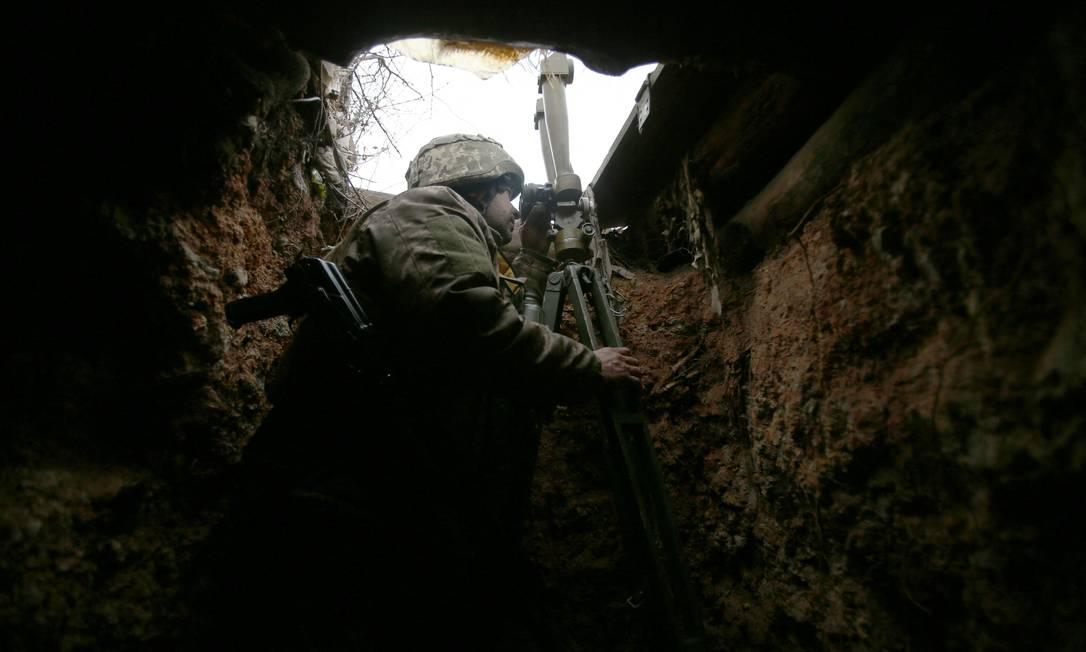 Militar ucraniano detém uma posição na linha de frente com separatistas apoiados pela Rússia, na região de Donetsk Foto: STR / AFP